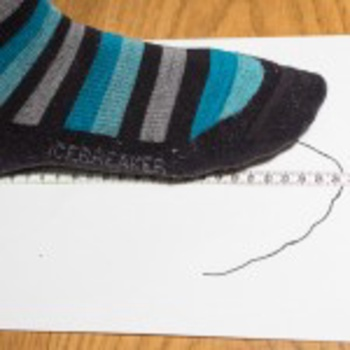 Step 3: Now you can accurately determine the foot length on the edge of the paper from the heel up to the longest toe.