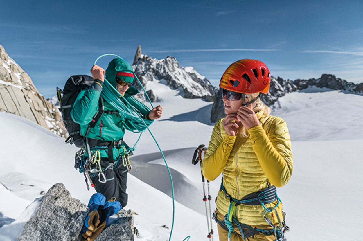 Joined benefits: Hybrid constructioned down combined with synthetic fillings and material inserts. Vaude, has for example blended the Tacul PD jacket with a Primaloft down (polyester filling) to achieve an optimal balance of thermal capacity and breathability. | Photo: Vaude